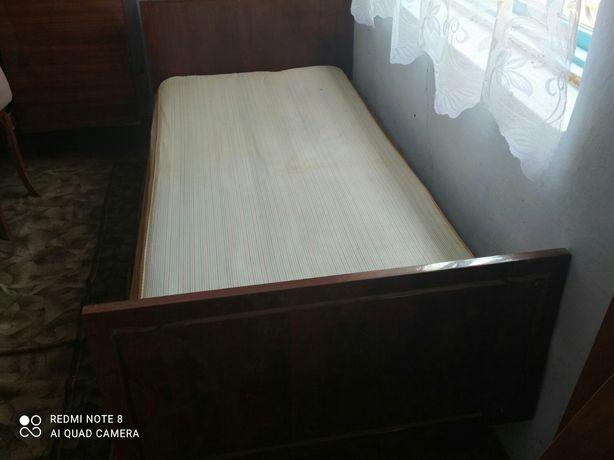 Кровать з матрацом.