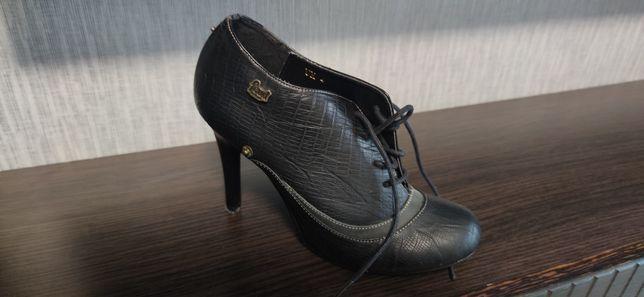 Ботинки кожаные на каблуках