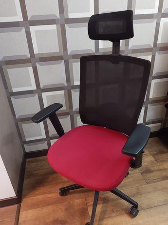 Кресло офисное. Современный дизайн, эргономичное.
