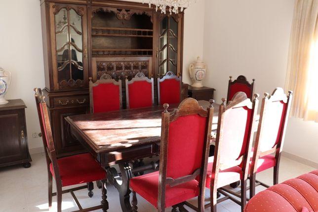 Sala: mesa de jantar, cadeiras e cristaleira