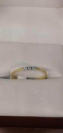 złoty pierścionek delikatny wzór z 3 kamieniami