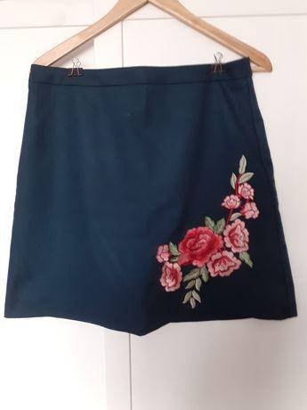 Spódnica z haftowanym kwiatem