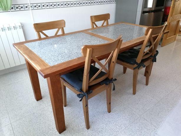 Mesa de cozinha, em madeira maciça