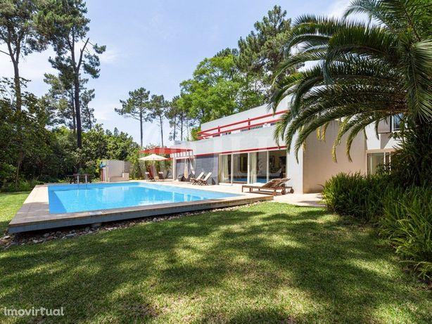 Moradia T5 ao estilo Bauhaus com piscina, na Verdizela