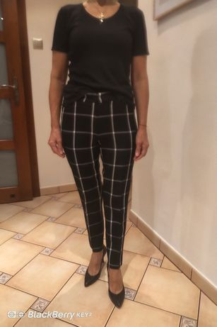 Czarne spodnie w białą kratę
