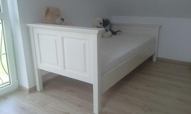 Białe łóżko drewniane z materacem hampton prowansja