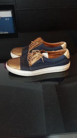 Sapatos calçada portuguesa