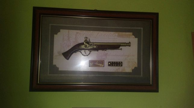 Obraz, ładny eksponat z pistoletem
