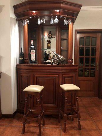 Móvel bar em cerejeira com 2 bancos em pele
