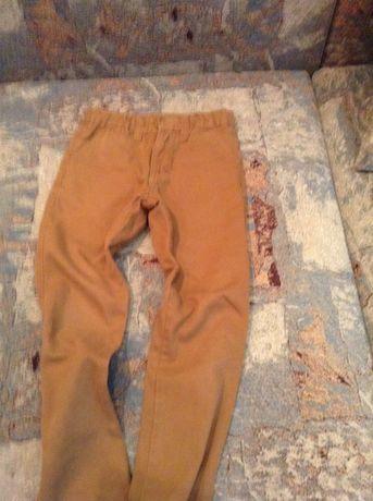Рванные джинсы, чиносы.