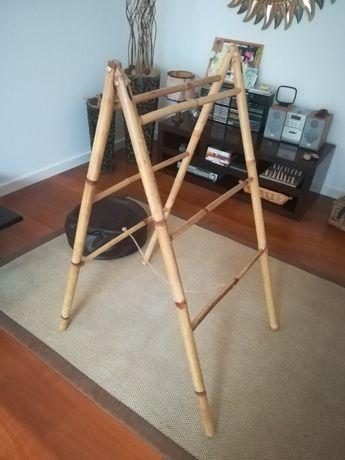 Estante para pendurar roupa em bambu