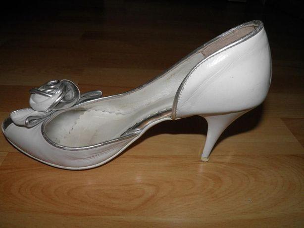 Białe buty ślubne z różyczką, skórzane