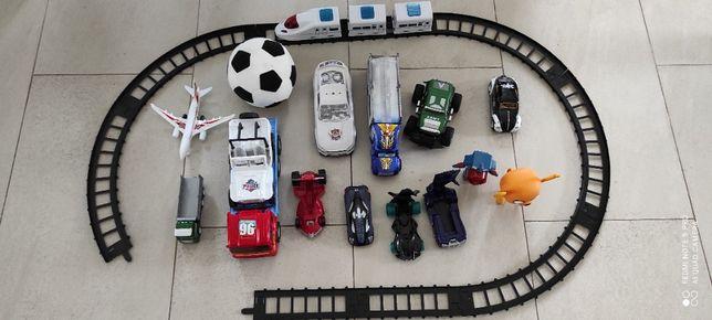 Zabawki autka pociąg tory samolot figurki piłka