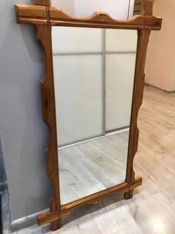 Stare lustro z drewnianą ramą