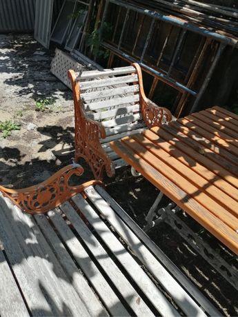 Mesa e bancos de jardim