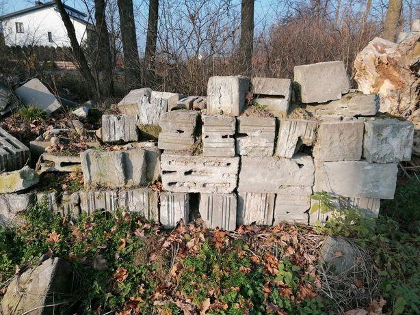 Pustaki betonowe, kamienie polne, gruz i karpy