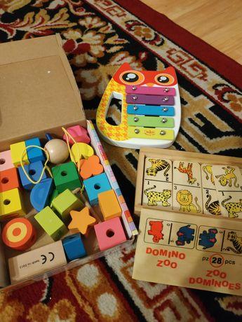 Drewnianiane zabawki klocki do nawlekania, cymbałki vilac, domino