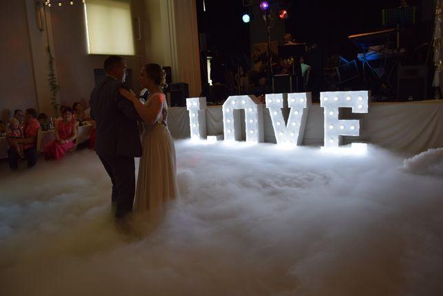 Ciężki dym, napis LOVE, pierwszy taniec w chmurach serce balony