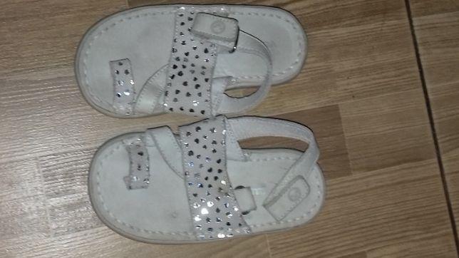 Отдам .Кожаные сандалики 24 размер