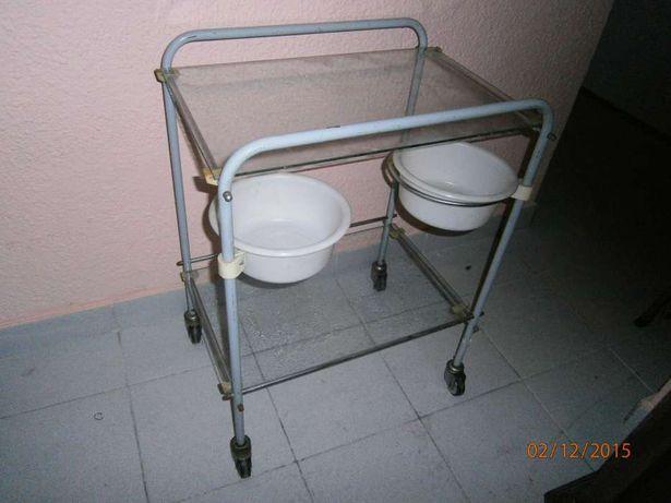 stolik zabiegowy z dwoma szklanymi półkami, stolik zabiegowy