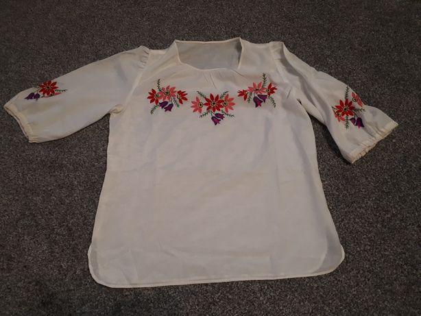 Bluzka z haftowanym motywem kwiatów