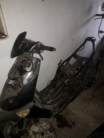 Продам на запчасти или под восстановление скутер (мопед)