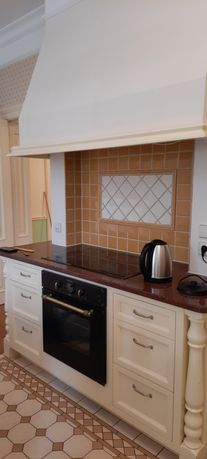 Meble kuchenne drewniane z wyspą, blatami, styl angielski, rustykalny