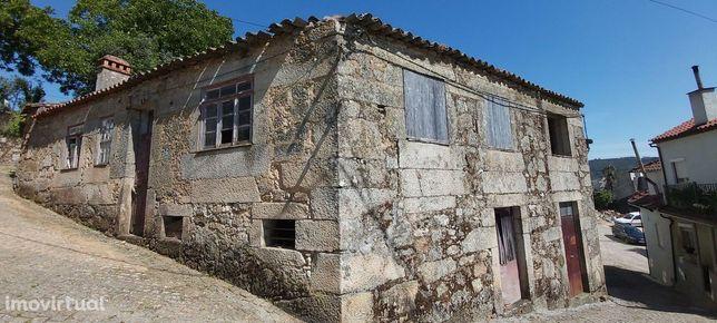 Moradia em pedra para reconstrução, com terreno, em Penalva do Castelo