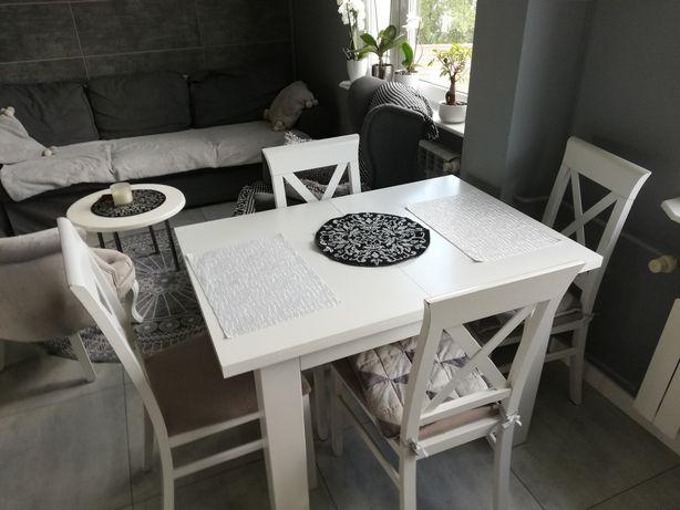 Białe krzesła