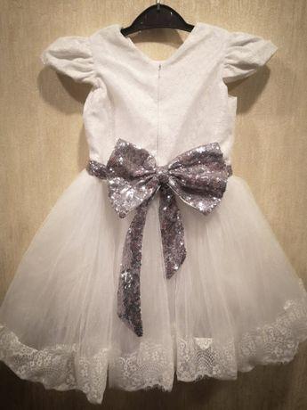 Нарядное белое платье для девочки на 5 лет