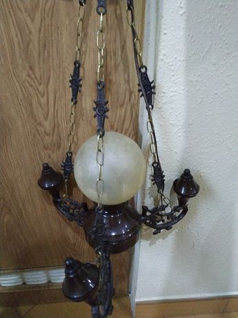 żyrandol z jedną żarówką