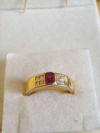 Złoty pierścionek z rubinem i diamentami.