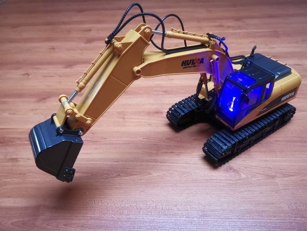 Máquina Escavadora RC HUINA 1550 1/14 pá metálica com Sons e Luzes Led