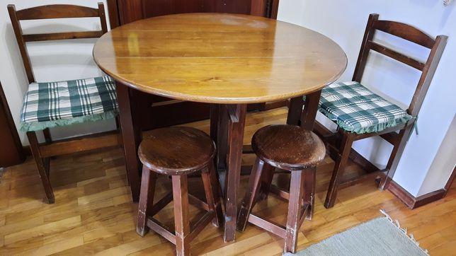 Mesa de madeira maciça de 1 m de diâmetro com cadeiras e bancos