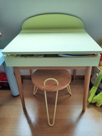 Mesa de actividades de criança