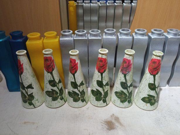 sześć małych wazonów