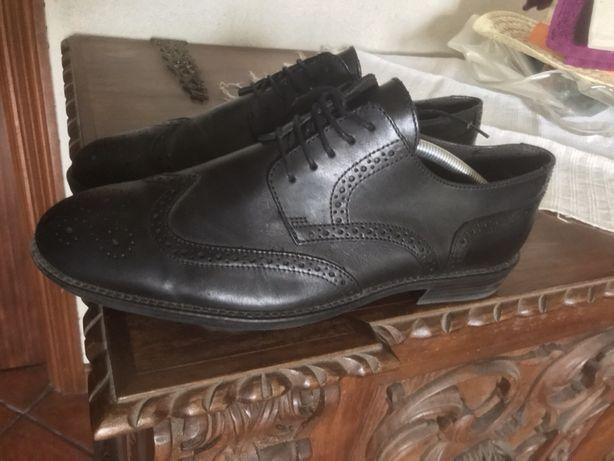 Sapatos clássicos pretos