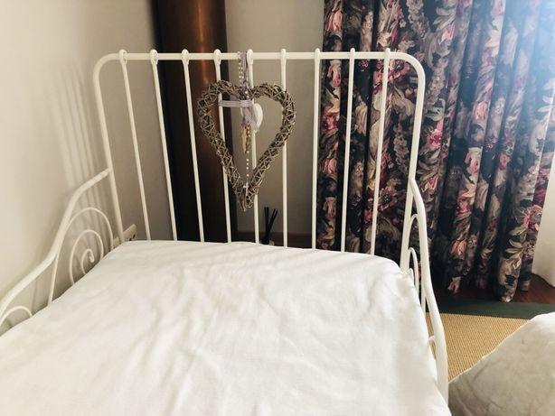Cama extensível branca do IKEA com estrado e colchão