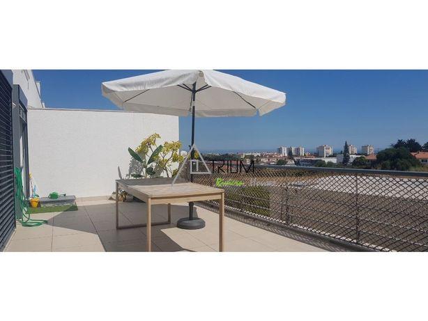 Apartamento T2+1 com vista de mar, seminovo inserido em c...