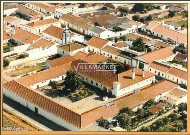 Quinta composta por 33 compartimentos situada em Montes Velhos (Beja)