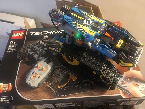 Lego Technic 42095 - wyścigówka kaskaderska, jest ELEKTRONIKA