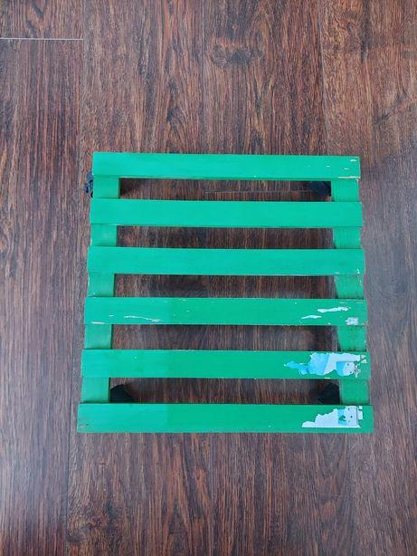 Drewniana podstawka na kółkach do roślin