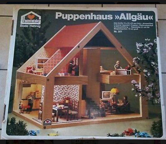 Duży, drewniany domek Puppenhaus Allgäu z mebelkami.