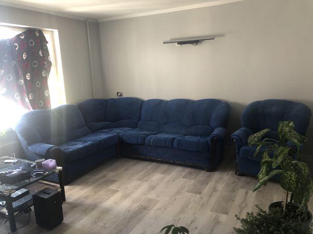 Угловой раскладывающийся диван + кресло.