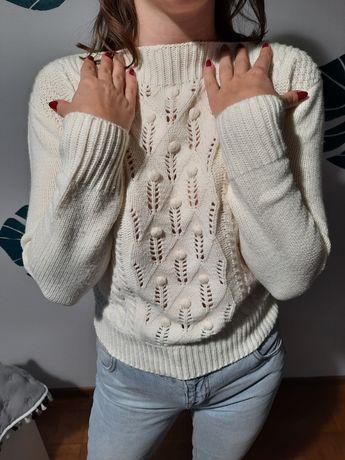 Kremowy sweterek zimowy kuleczki łódka ażurowy