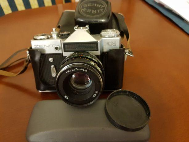 Aparat fotograficzny Zenit EM w zestawie lampa błyskowa.