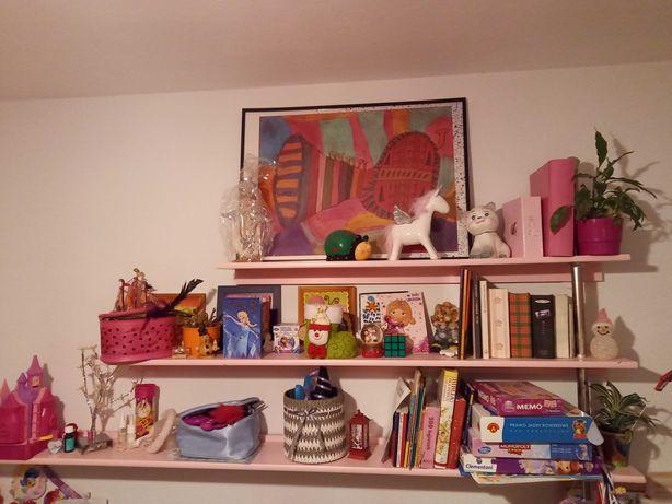Śliczny różowy regał i półka