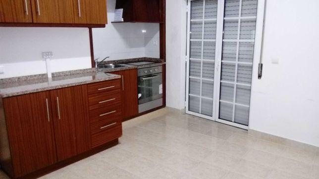 Espaçoso apartamento T0 para arrendar no centro de Sardoal