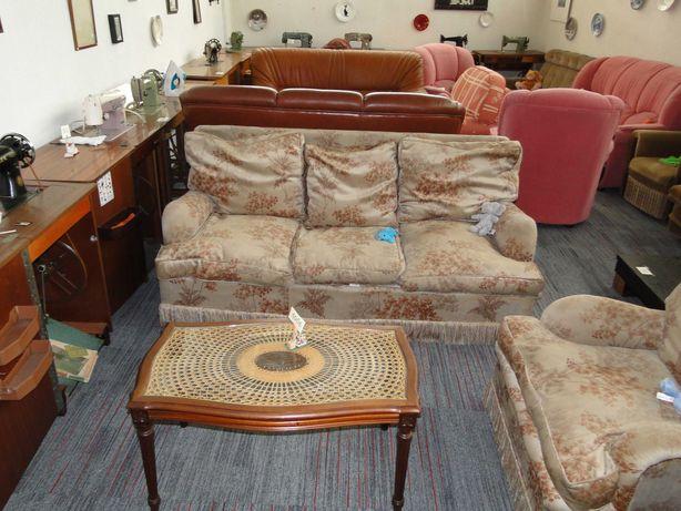 Sofá cama antigo mas perfeitamente funcional