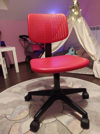 Czerwone krzesło obrotowe komputerowe